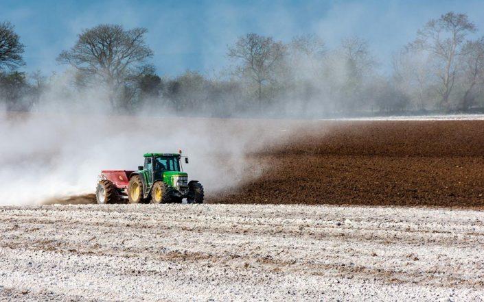 Tractor-esparciendo-fertilizantes